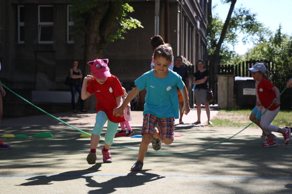 Děti nastartu - děti které probíhají pod točícím se švihadlem