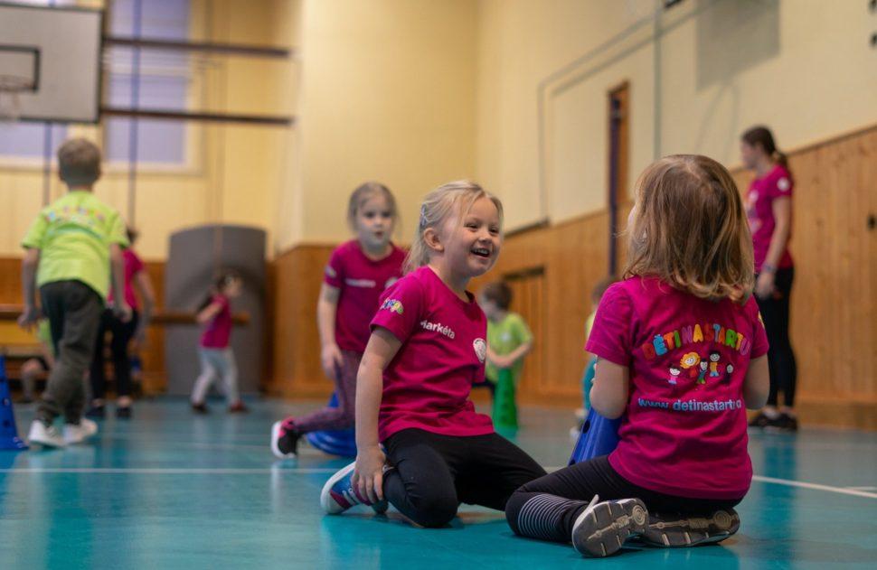 Děti na startu dívky se smějí při tréninku