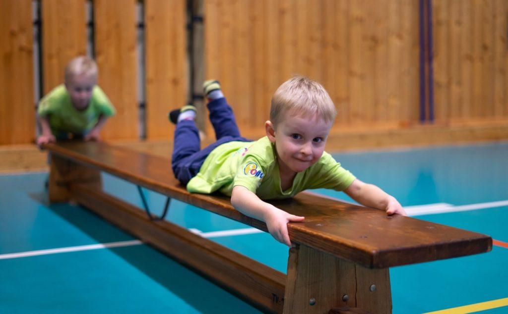 Chlapec ve věku 4 let plazící se pobřiše nalavičce.