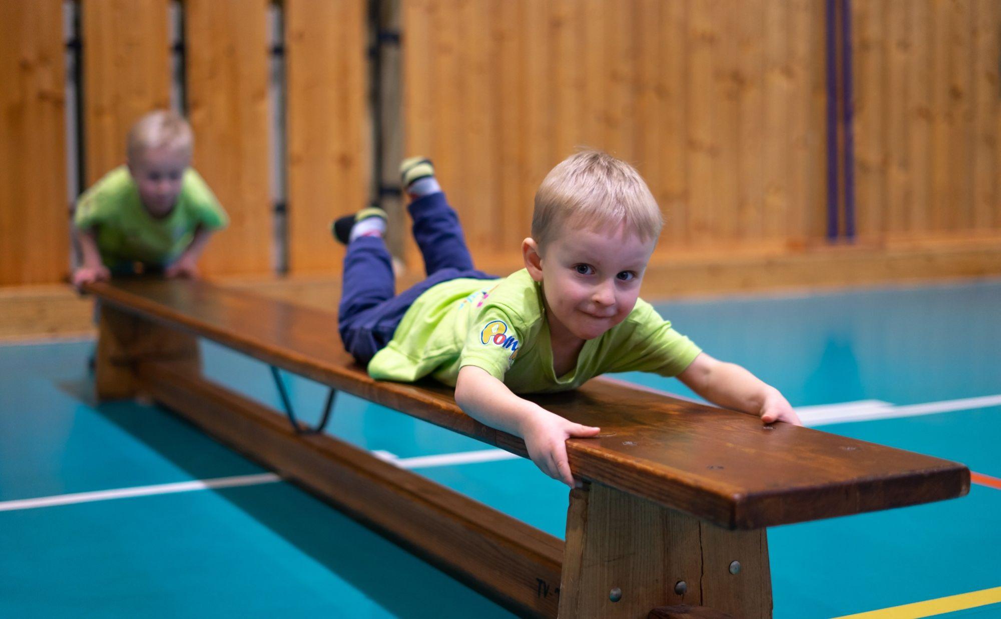 Chlapec cvičí na lavičce